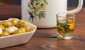 Оливки и масла закрывают вверх стоковая фотография