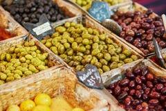 Оливки на рынке в Париже, Франции Стоковая Фотография