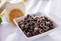 Оливки отрезали в кольца на таблице с хлебом и сыром Стоковое Фото