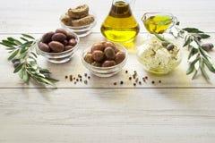 Оливки, оливковое масло, сыр фета Стоковое Изображение