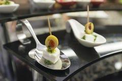 Оливки сыра канапе на белой плите Стоковая Фотография