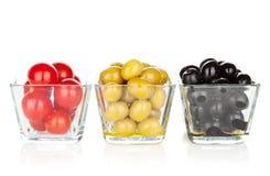 Оливки томатов вишни, черных и зеленых Стоковая Фотография RF