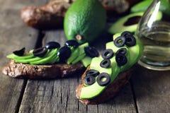 Оливки хлеба авокадоа на деревянной предпосылке Стоковые Фото