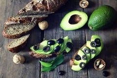 Оливки хлеба авокадоа на деревянной предпосылке Стоковая Фотография