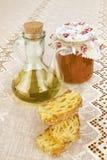 Оливковое масло девственницы, законсервированные томаты и хлеб Стоковое Фото