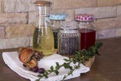 Оливковое масло девственницы, peper, чай на разделочной доске Стоковые Изображения
