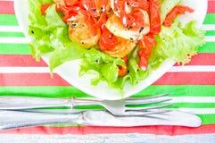 Оливковое масло лить в шар салата Стоковые Фотографии RF