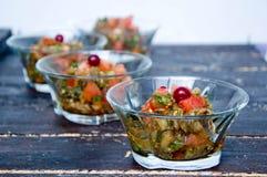 Оливковое масло лить в шар салата Стоковые Изображения RF
