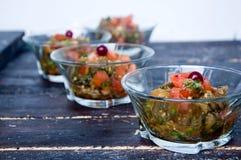 Оливковое масло лить в шар салата стоковые изображения
