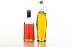 Оливковое масло и уксус на белой предпосылке Стоковые Фото