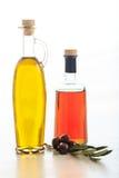 Оливковое масло и уксус на белой предпосылке Стоковое Фото