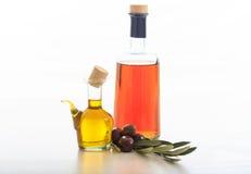 Оливковое масло и уксус на белой предпосылке Стоковое фото RF