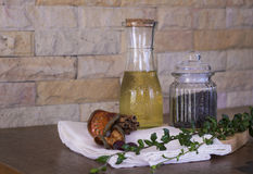 Оливковое масло и черное peper на прерывая доске Стоковое фото RF