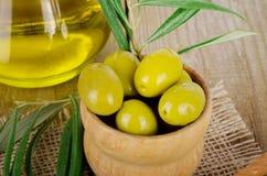 Оливковое масло на деревянном Стоковое Изображение