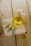 Оливковое масло на деревянном Стоковое Фото