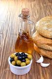Оливковое масло, оливки и хлеб стоковое изображение rf