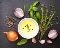 Оливковое масло с специями, травами Стоковые Изображения RF