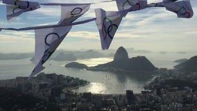 Олимпийская овсянка флага развевая на горизонте Рио-де-Жанейро обозревает видеоматериал