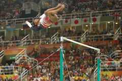 Олимпийские желчи Simone чемпиона Соединенных Штатов состязаются на неровных барах на команде женщин все-вокруг гимнастики на Рио стоковое фото