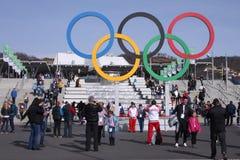 Олимпийские кольца около железнодорожного вокзала олимпийского парка Стоковое Изображение
