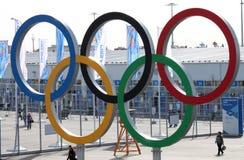 Олимпийские кольца около олимпийского парка Стоковые Изображения RF