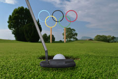 Олимпийские кольца стоят под ярким iin голубого неба поле для гольфа Стоковое фото RF