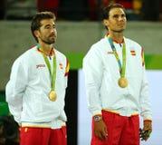 Олимпийские чемпионы отметят Lopez (l) и Рафаэль Nadal Испании во время церемонии медали после победы на двойниках людей окончате Стоковые Фото