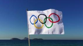 Олимпийский флаг летая Рио-де-Жанейро Бразилия сток-видео