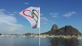 Олимпийский флаг развевая Рио-де-Жанейро видеоматериал