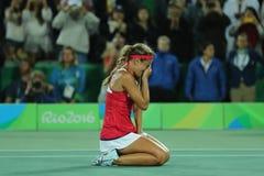 Олимпийский чемпион Моника Puig Пуэрто-Рико празднует победу после того как ` s женщин тенниса определяет выпускные экзамены Рио  стоковое изображение rf