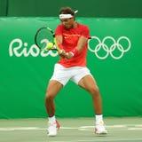 Олимпийский чемпион Рафаэль Nadal Испании в действии во время людей определяет первую спичку круга Рио 2016 Олимпийских Игр Стоковые Изображения RF