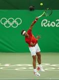 Олимпийский чемпион Рафаэль Nadal Испании в действии во время людей определяет первую спичку круга Рио 2016 Олимпийских Игр Стоковое Изображение