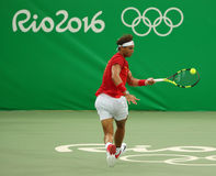 Олимпийский чемпион Рафаэль Nadal Испании в действии во время людей определяет первую спичку круга Рио 2016 Олимпийских Игр Стоковое Фото