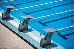 олимпийское заплывание бассеина стоковые изображения rf