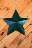 Одиночная Американа зеленая смертная казнь через повешение звезды металла от деревянной предпосылки Стоковые Фотографии RF