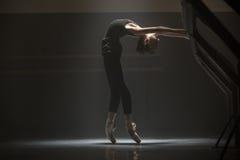 Одиночная балерина в комнате класса Стоковое фото RF