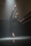 Одиночная балерина в комнате класса стоковое фото