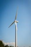 Одиночная ветрянка для производить электричество стоковое изображение
