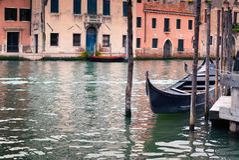 Одиночная гондола причалила в грандиозном канале, Венеции, Италии Стоковое Фото