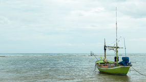 Одиночная зеленая рыбацкая лодка плавая на море в утре ждать к ветрилу в океане для рыбной ловли рыболовом, Floa старта Стоковое Изображение RF