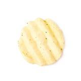 Одиночная изолированная хрустящая корочка картофельной стружки Стоковые Фото