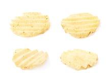 Одиночная изолированная хрустящая корочка картофельной стружки Стоковое фото RF