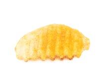 Одиночная изолированная хрустящая корочка картофельной стружки Стоковое Фото