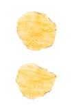 Одиночная изолированная хрустящая корочка картофельной стружки Стоковые Фотографии RF