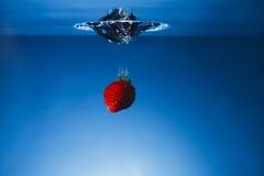 Одиночная клубника упаденная в цистерну с водой Стоковое Изображение RF