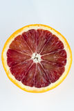 Одиночная половина апельсина крови изолированного на белизне Стоковые Фотографии RF