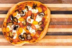 Одиночная ручной работы пицца сыра Стоковые Изображения