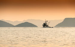 Одиночная рыбацкая лодка возглавляет вне к морю Адриатическое море, Хорватия Стоковые Фото