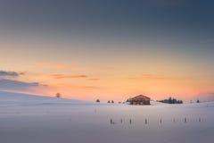 Одиночная хата на небе захода солнца послесвечения стоковое изображение rf
