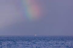 Одиночная шлюпка в океане Стоковое Фото